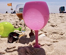 beach-wine-glass-floats-and-goes-in-the-sand