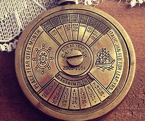 perpetual-calendar-pendant